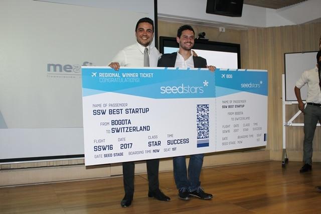 Fotografía de recibe el premio en manos de Sergio Suñiga_ director del CI BBVA