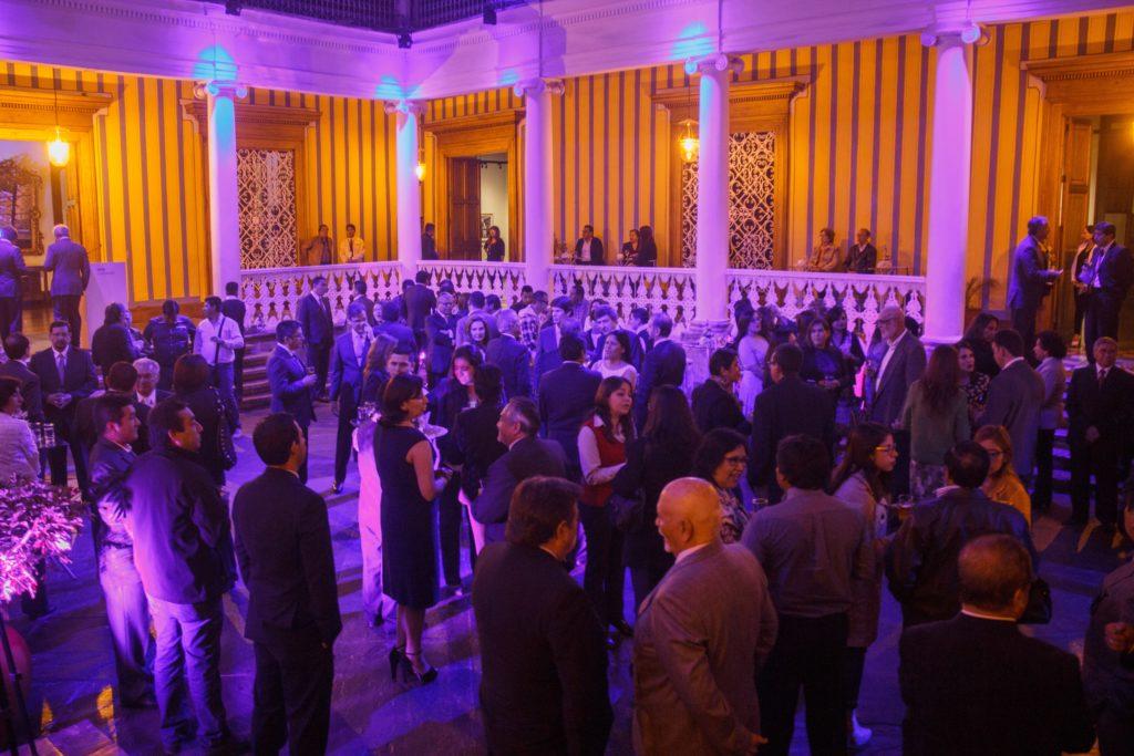Fotografía de clientes de BBVA Continental durante inauguración de exposición