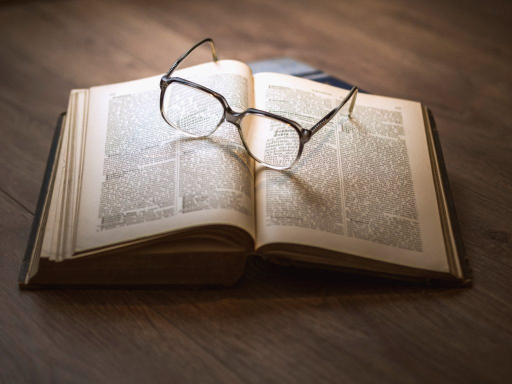 Fotografía de conocimiento, aprendizaje, libro, gafas, lectura, estudios, investigación