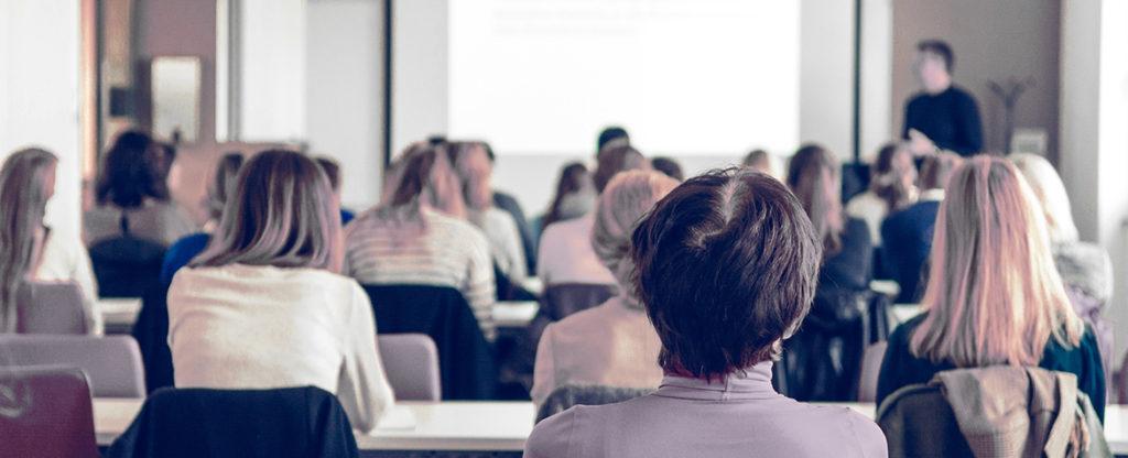 Imagen de alumnos recibiendo formación continua, una herramienta infrautilizada en España según la Fundación BBVA