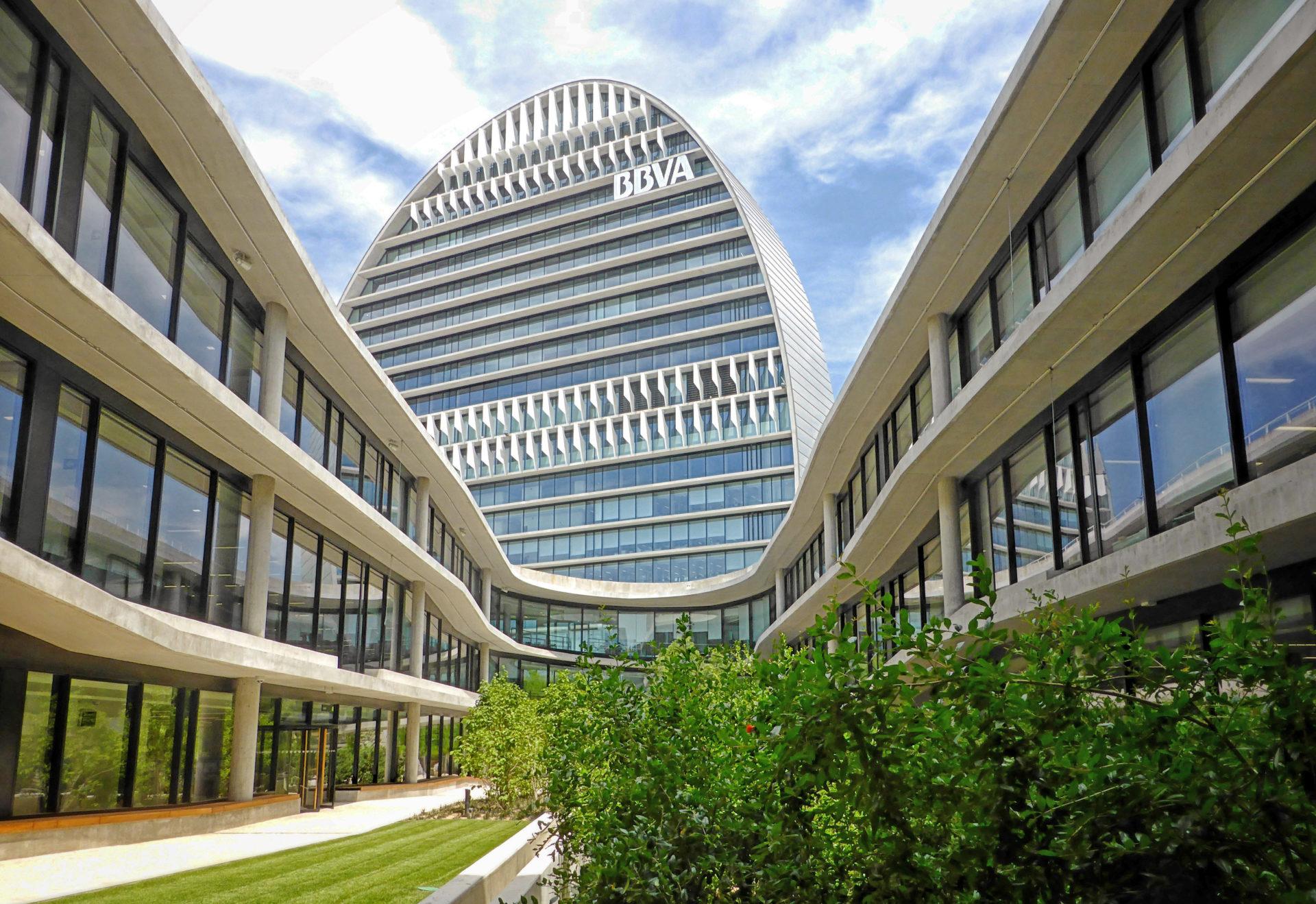 Imagen de una calle de la Ciudad BBVA, con el edificio de la Vela al fondo