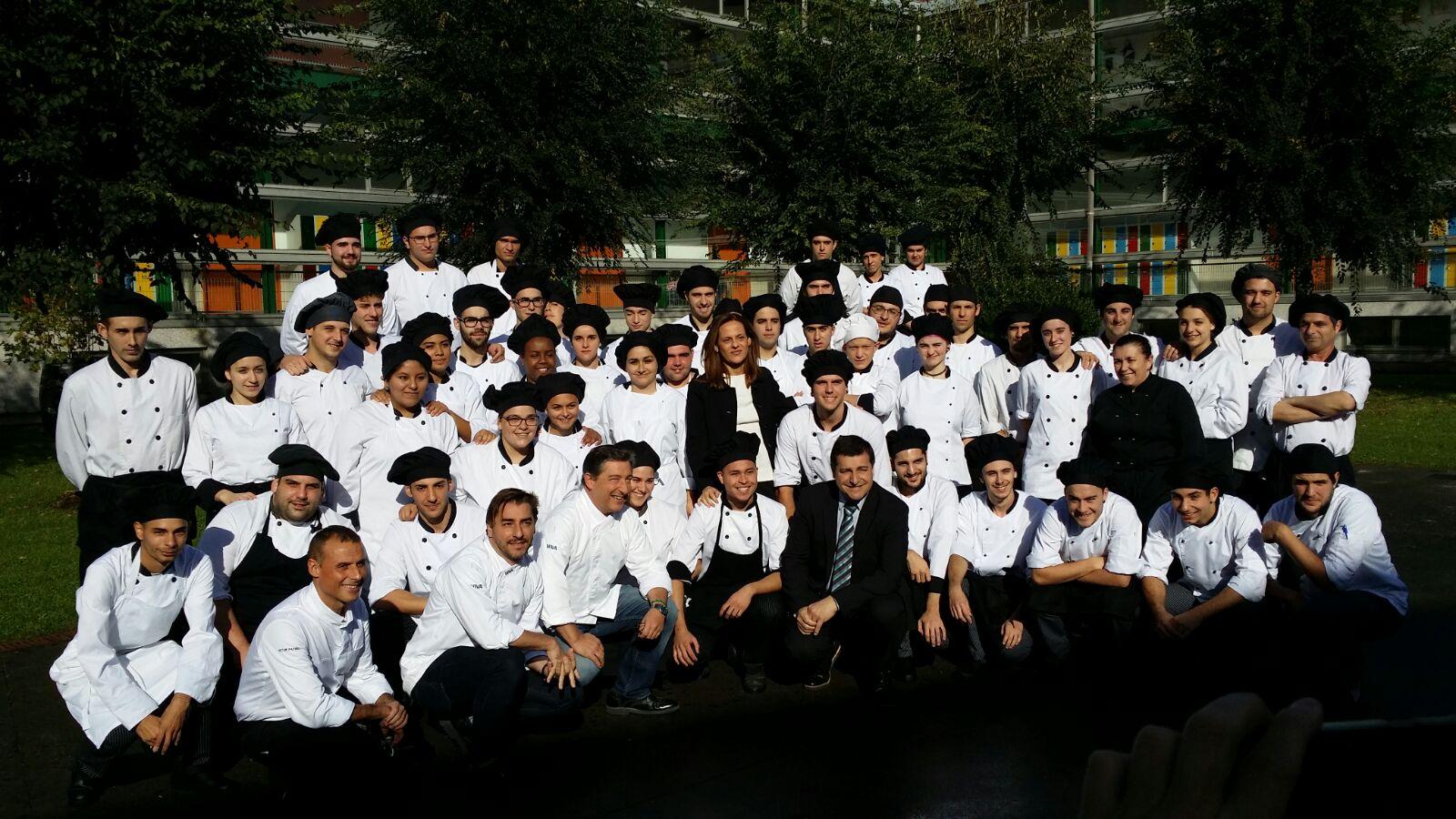 Fotografía de los hermanos Roca posan con los estudiantes de la escuela Paseo das Pontes Gira BBVA El Celler de Can Roac