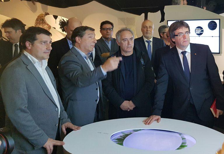 21112016 Joan y Josep Roca con Ferran Adriá, Carles Puigdemont y Christian Terribas en la inauguración del la exposición dedicada a los 30 años de El Celler de Can Roca