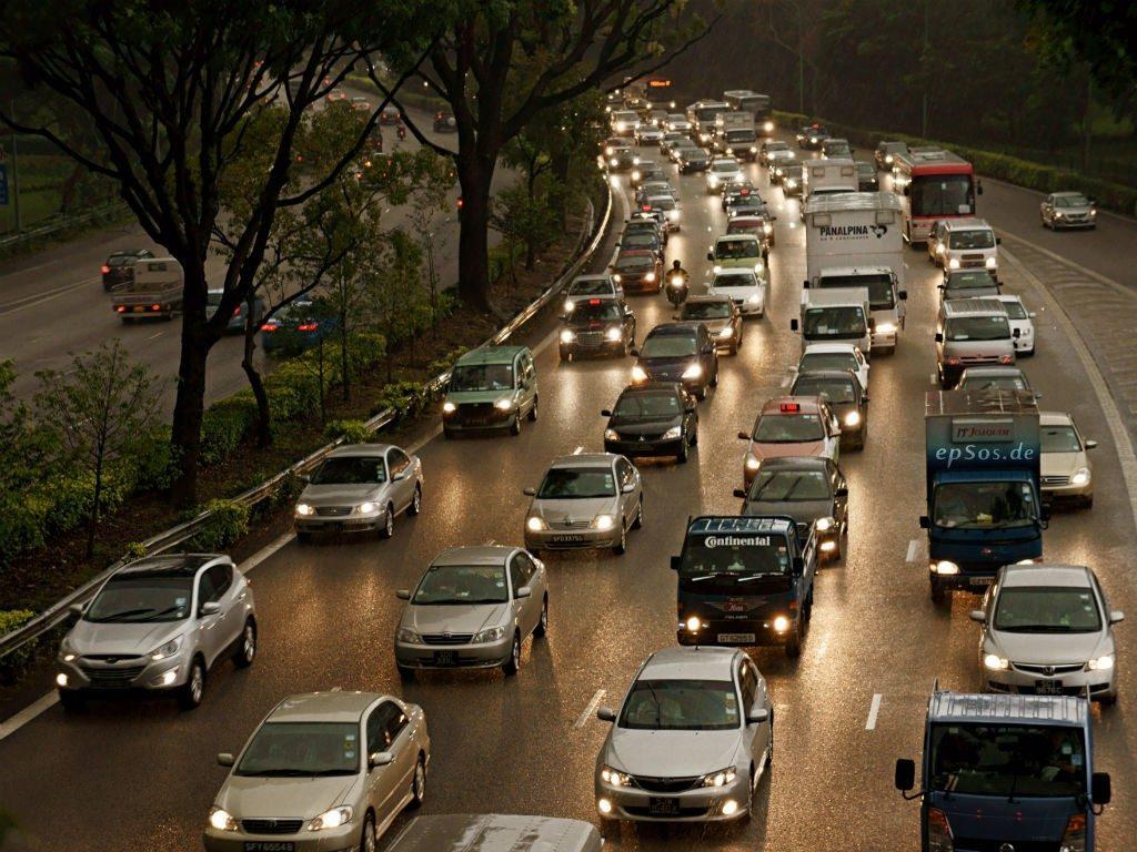 Fotografía de Automóviles transitando por una autopista