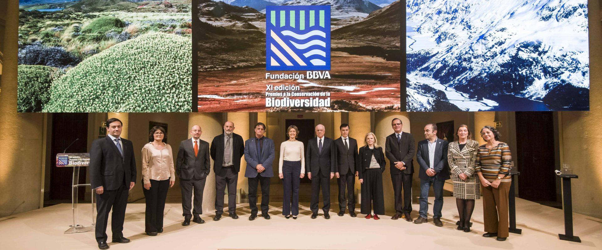 Imagen de Francisco González, presidente de BBVA, e Isabel García Tejerina, ministra de Agricultura y Pesca, Alimentación y Medio Ambiente, con los galardonados en los Premios Fundación BBVA a la Conservación de la Biodiversidad