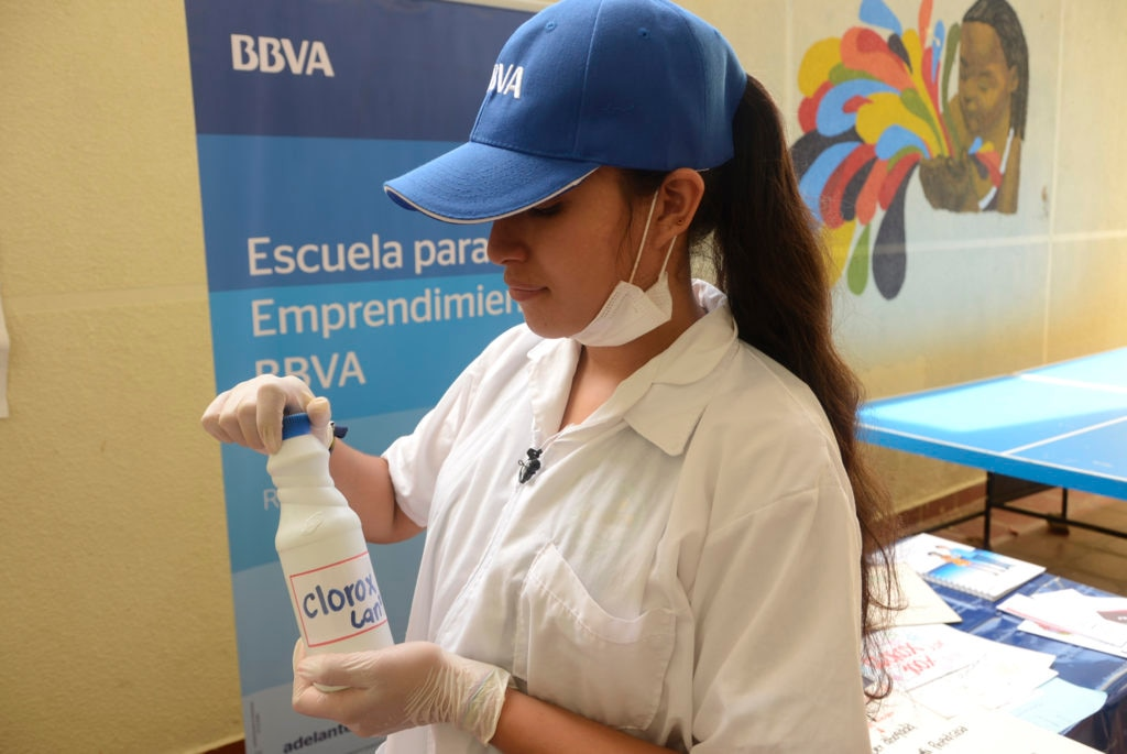 fotogrfía de Joven en laboratorio del Programa Escuela para el Emprendimiento de BBVA en Santander, Colombia