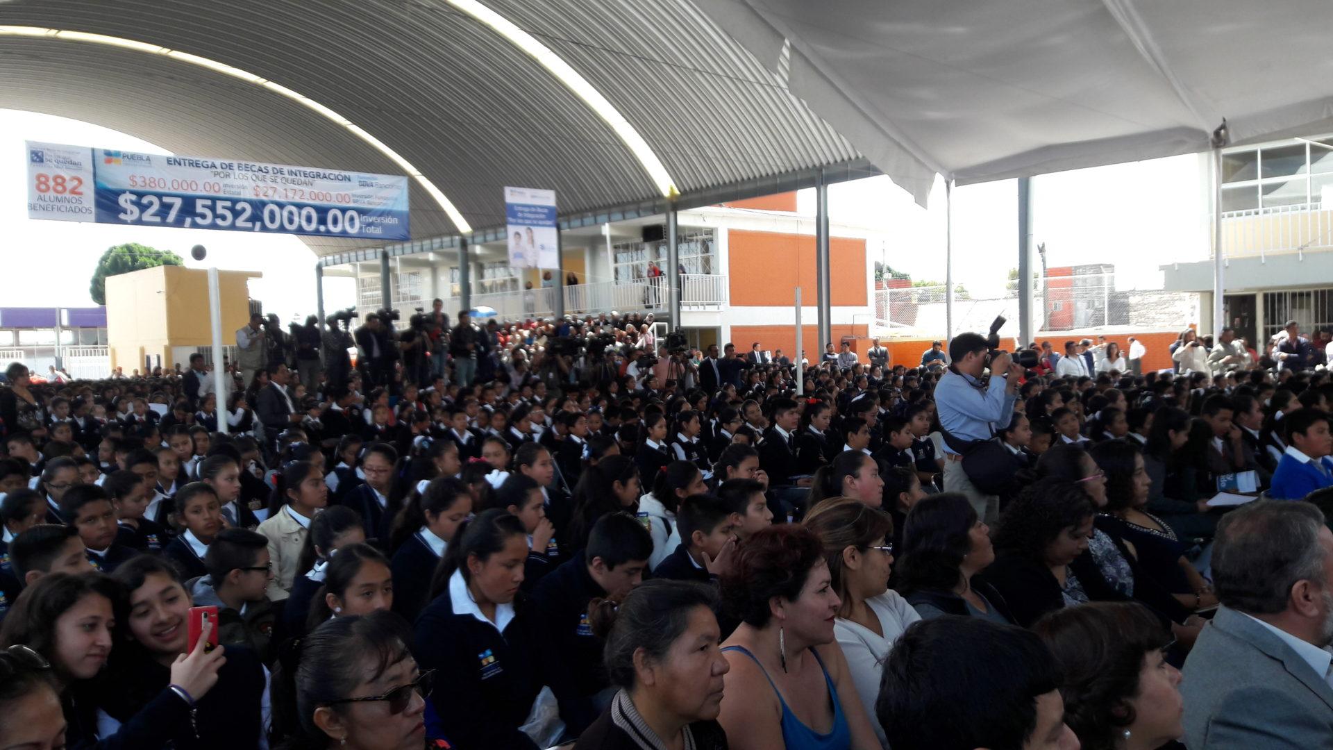 ENTREGA DE BECAS POR LOS QUE SE QUEDAN EN PUEBLA MEX ALUMNOS 3