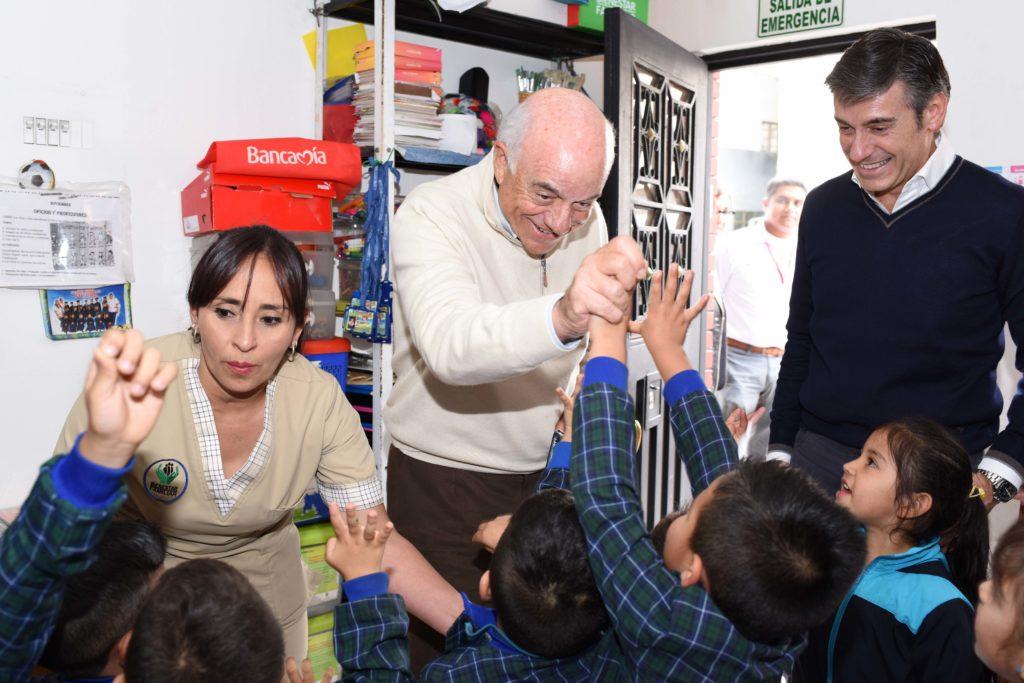 Fotografía del presidente de BBVA durante su visita a un jardín infantil en Soacha