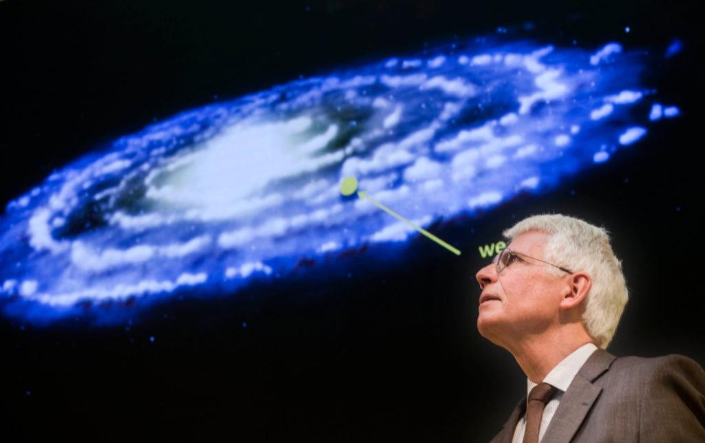 Imagen de Werner Hofmann en la Fundación BBVA, explicando cómo detectar materia oscura con los telescopios Cherenkov