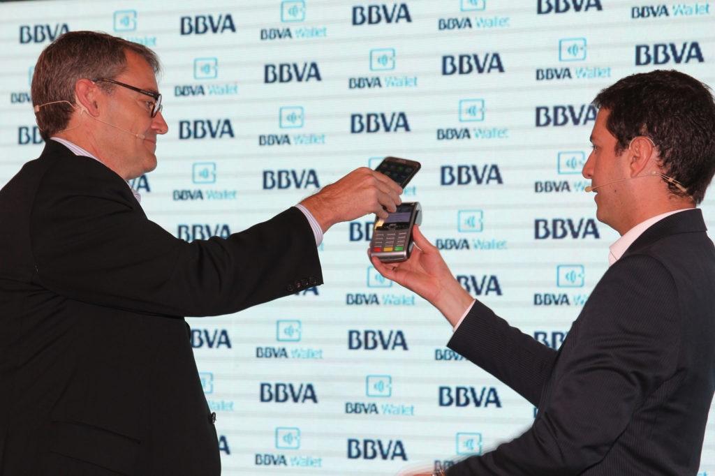 Fotografía de Óscar Cabrera, presidente de BBVA Colombia, usando BBVA Wallet frente a los periodistas e invitados