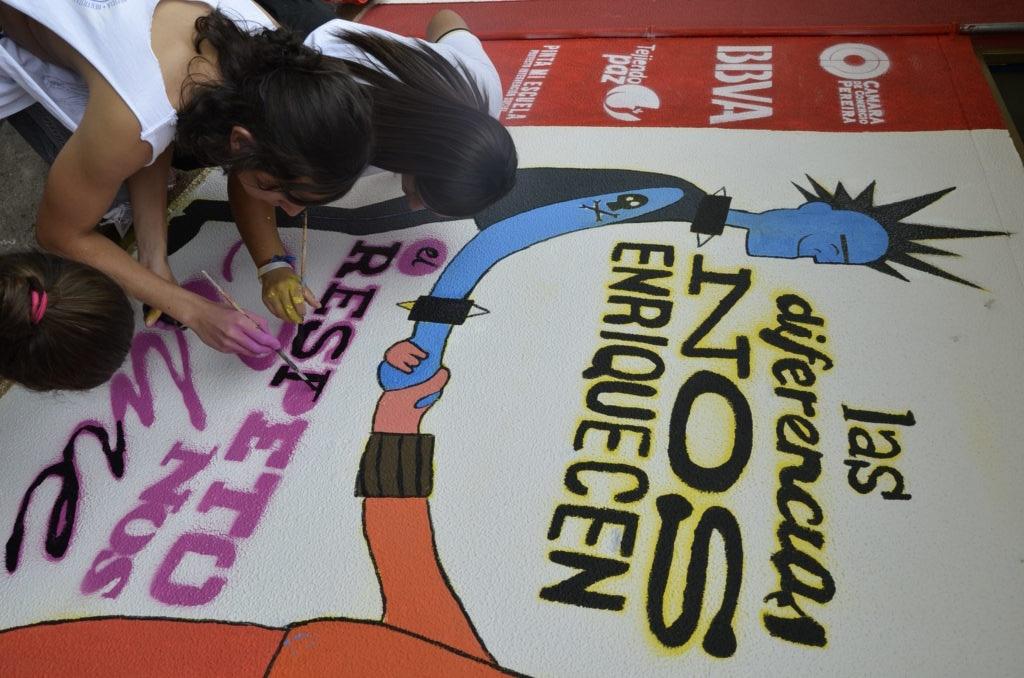Fotografía de Jóvenes pintando un mural de tejiendo paz: