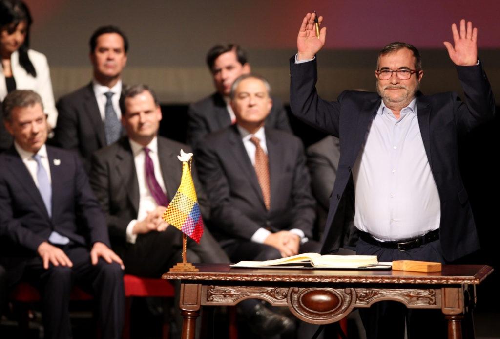 El jefe máximo de las FARC Rodrigo Londoño Echeverry posa luego de firmar el nuevo acuerdo de paz
