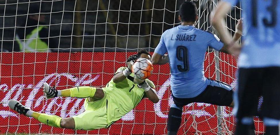 Claudio Bravo detiene un penalti a Luis Suárez - BBVA