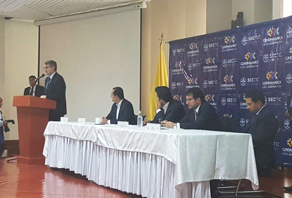 Fototografía de Oscar Cabrera Izquierdo en la gobernación de Cundinamarca