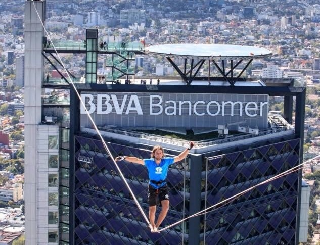 AlexanderSchulz rompiendo el record de Higline urbano eb la TorreBancomer