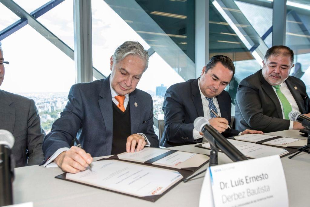 Fernando Eguiluz, Director General de Talento y Cultura, y el Dr. Luis Ernesto Derbez, Rector de la UDLAP
