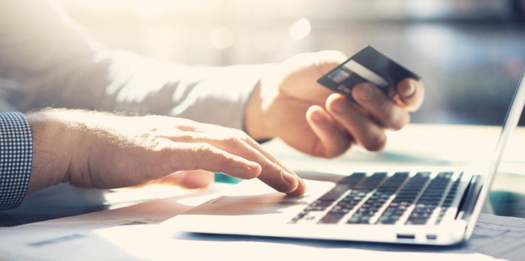 fotografía de Hombre comprando con tarjeta de crédito en línea