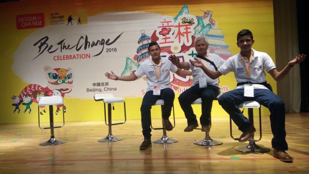 Fotografía de Jóvenes y docente que participantes en el Encuentro Internacional Estudiantil Diseña el Cambio, realizado en Beijing, China