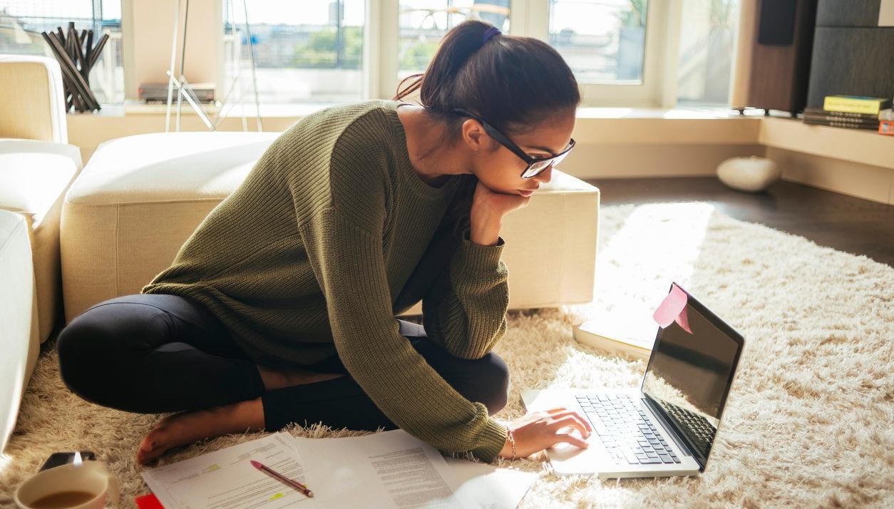 mujer ordenador apuntes casa recurso bbva