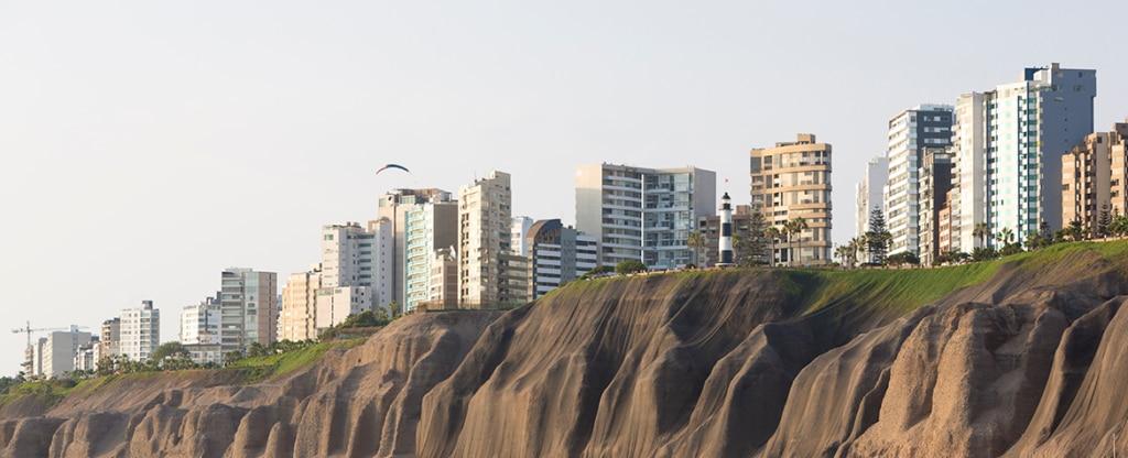 Fotografía del distrito de Miraflores en la ciudad de Lima, Perú. BBVA Research revisó previsión de crecimiento de la economía peruana en 2017.