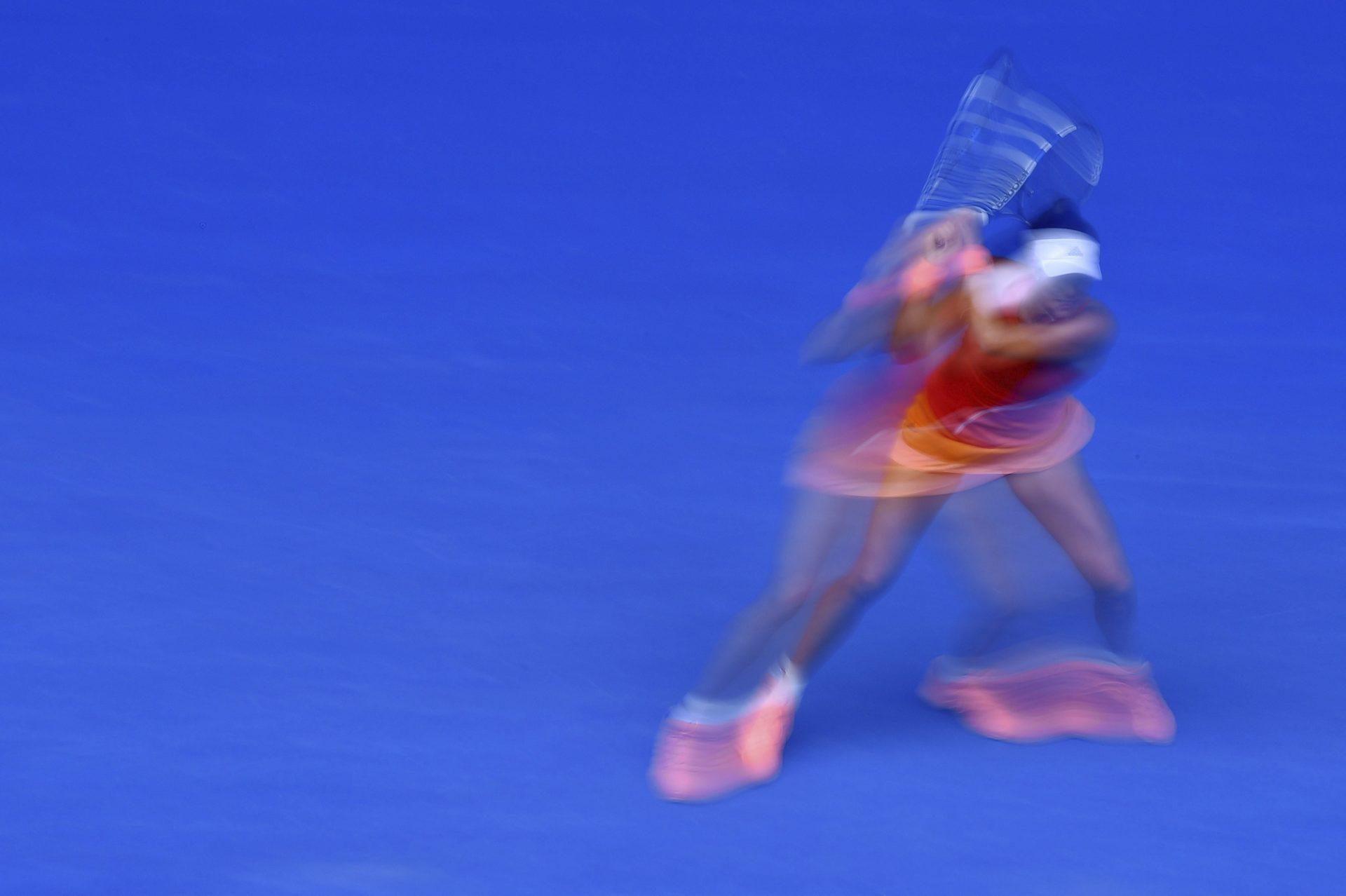La tenista española Garbine Muguruza devuelve la bola a la belga Kirsten Flipkens durante el partido que enfrentó a ambas en la segunda ronda del Abierto de Australia celebrado en Melbourne (Australia)