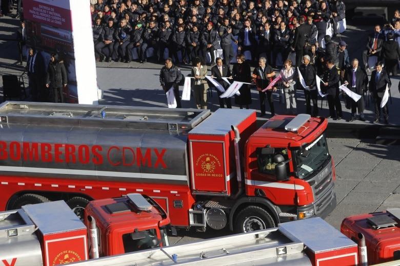 Luis Robles Miaja dando el banderazo de salida a los nuevos camiones de bomberos