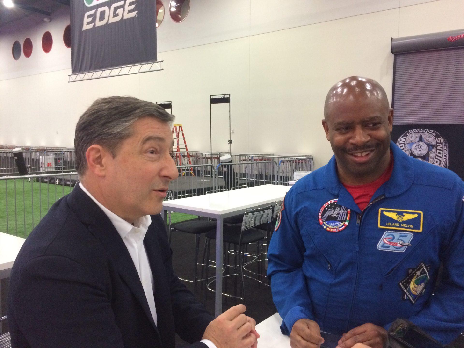 Joan Roca habla con el astronauta de la NASA, Leland Melvin