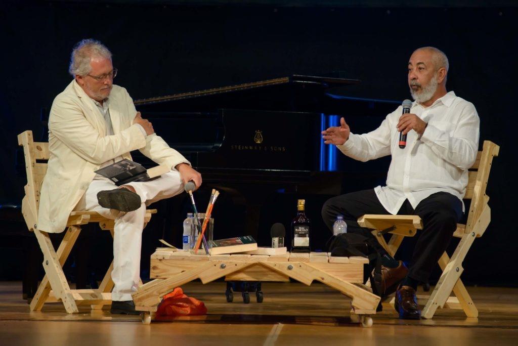 El escritor cubano, Leonardo Padura, en conversatorio con el colombiano Héctor Abad en el Hay Festival