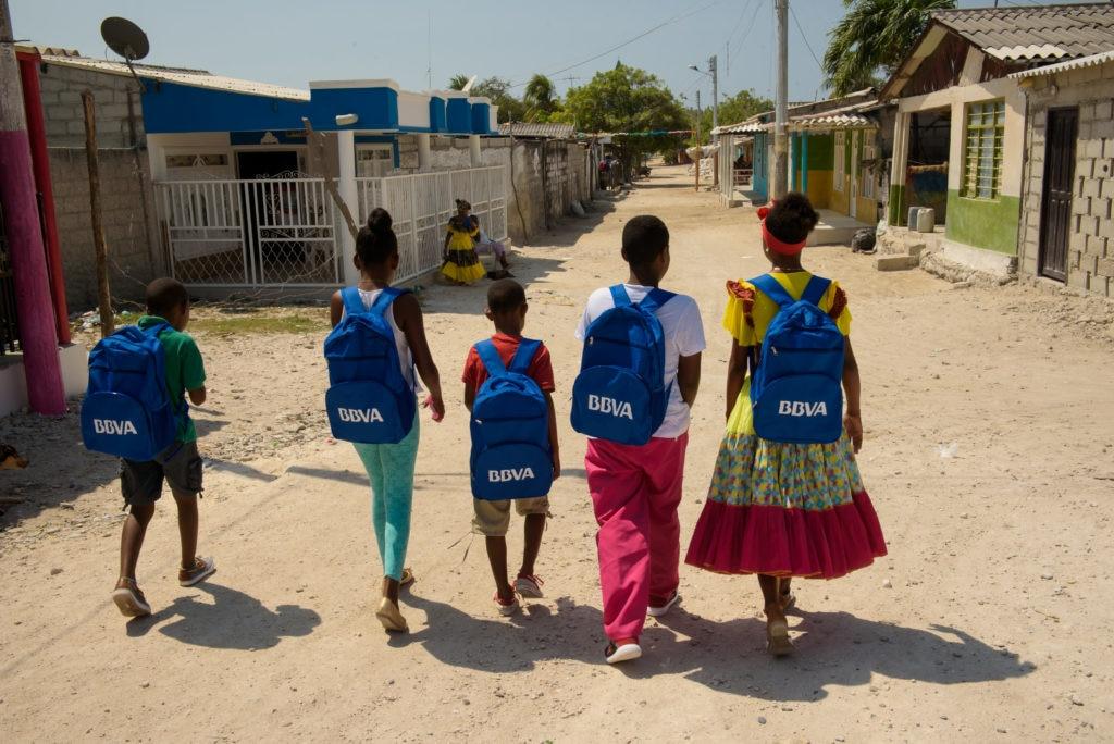 Niños de Tierrabomba beneficiados por BBVA Colombia con útiles escolares