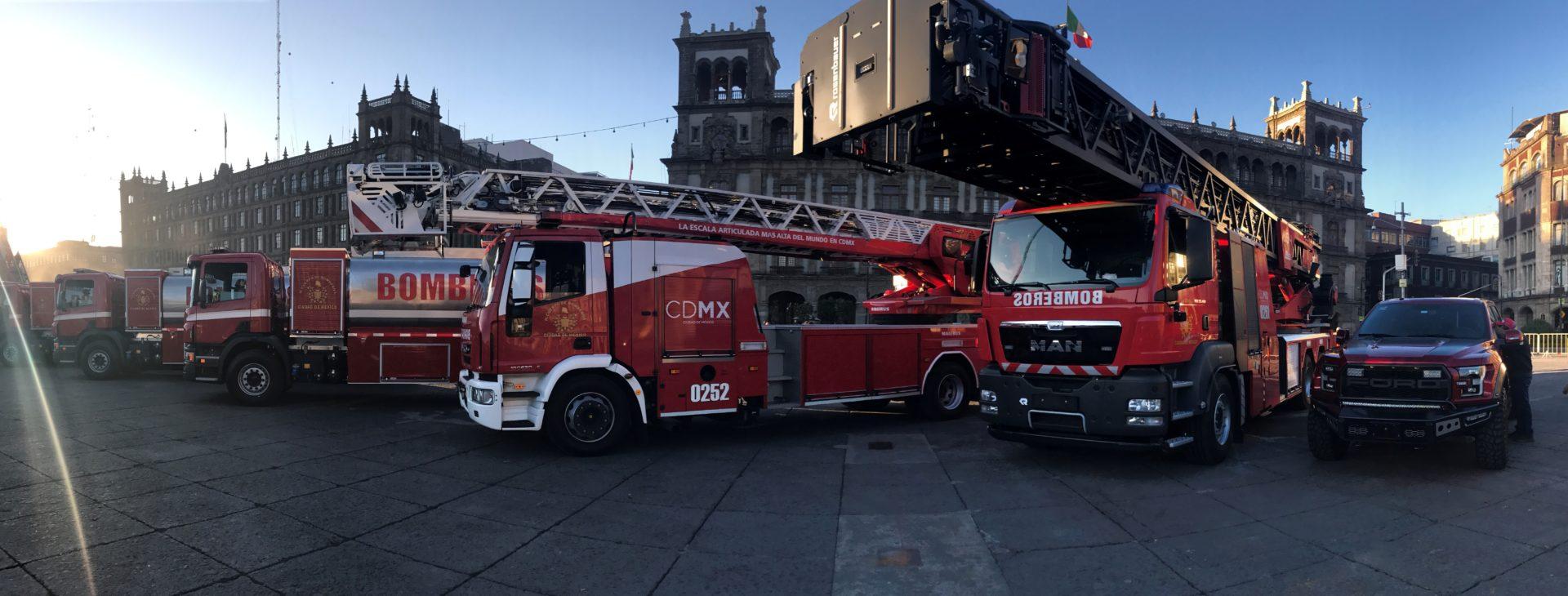 Entrega de camiones a los bomberos de la Ciudad de México
