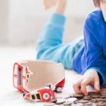 niño-hucha-dinero-cuenta-infantil-amortizar-gastos-hijos-ahorro-segunda-mano-mercado-recurso