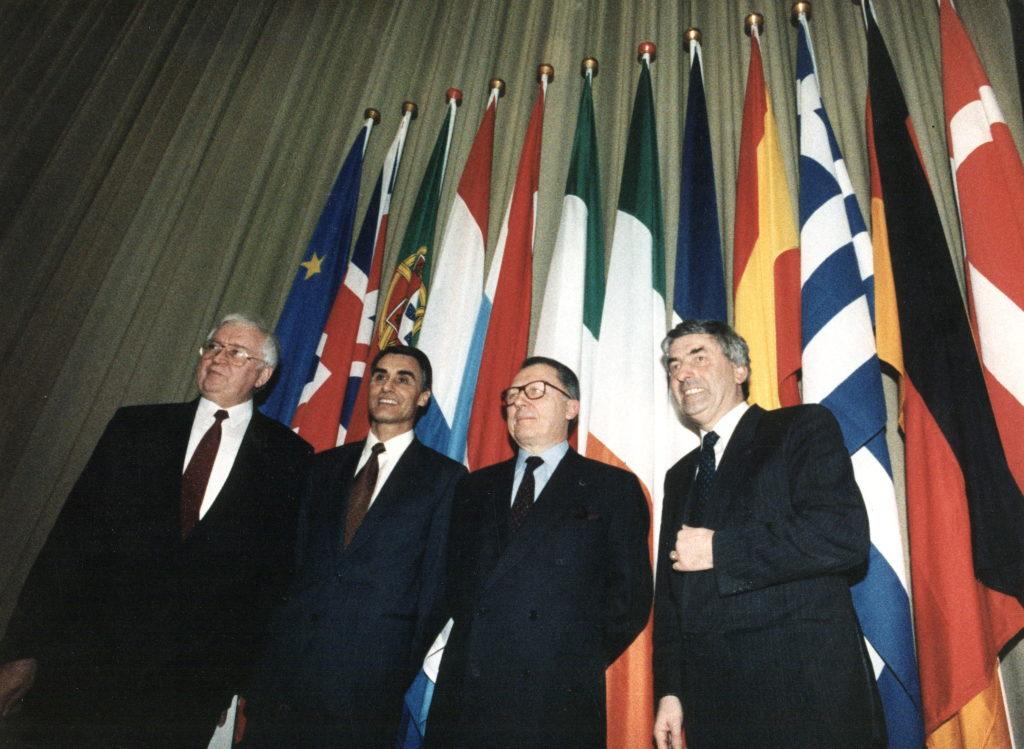 Fotografía de la firma del Tratado de la Unión Europea