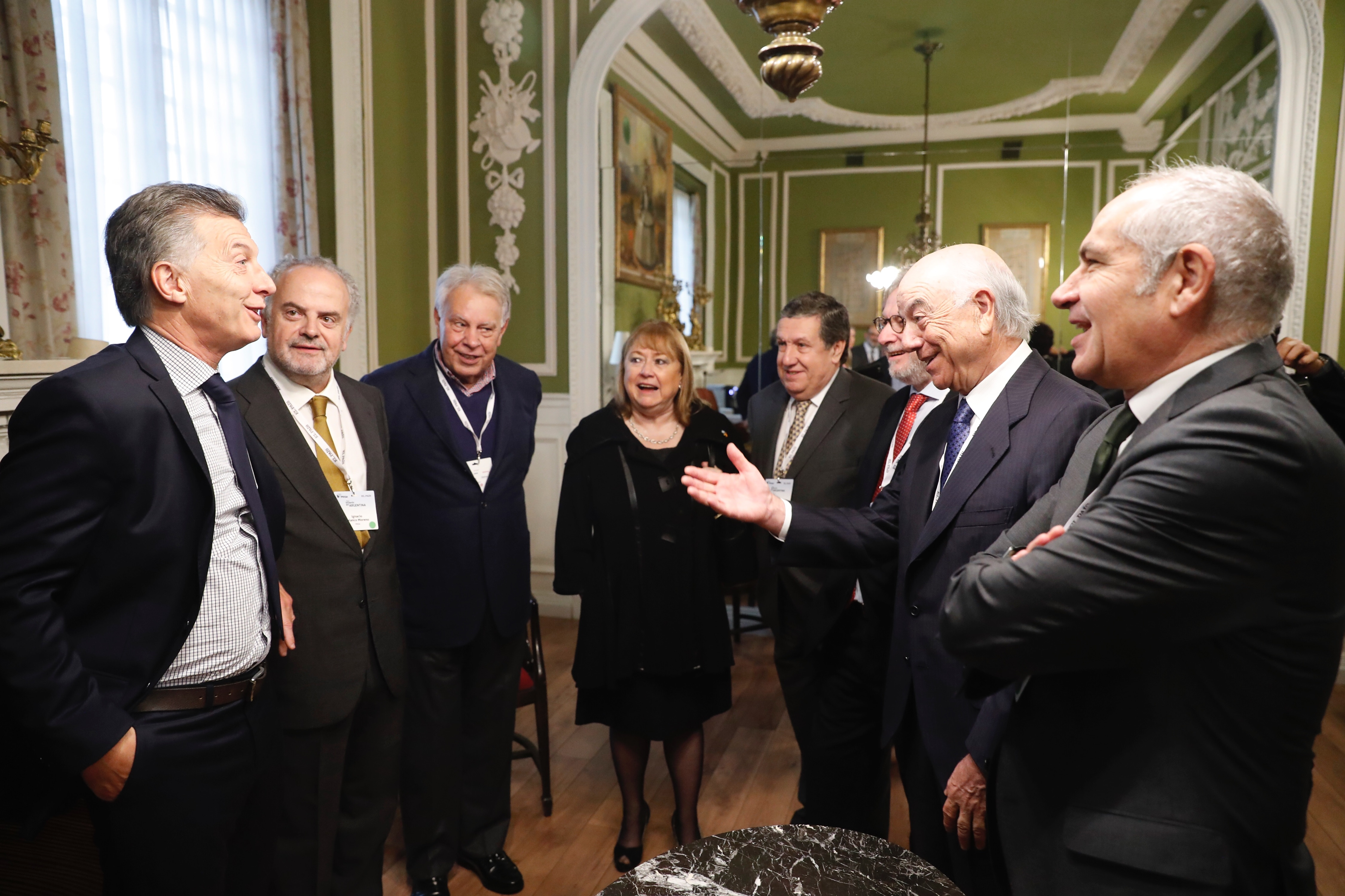 El presidente de BBVA, Francisco González,(derecha) conversa con el presidente de Argentina, Mauricio Macri (izquierda),momentos antes del inicio del evento Invertir en Argentina.