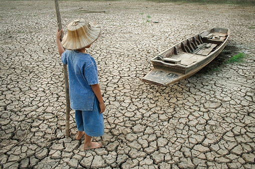fotografia de retos mundial niño pobreza norte sur barca bbva