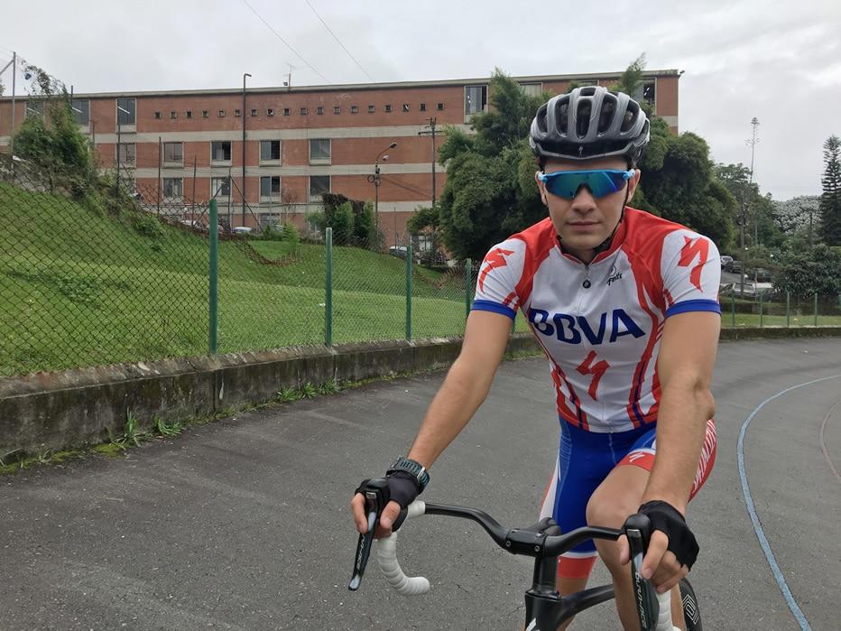 Fotografía de Eduardo Londoño en su practica de ciclismo