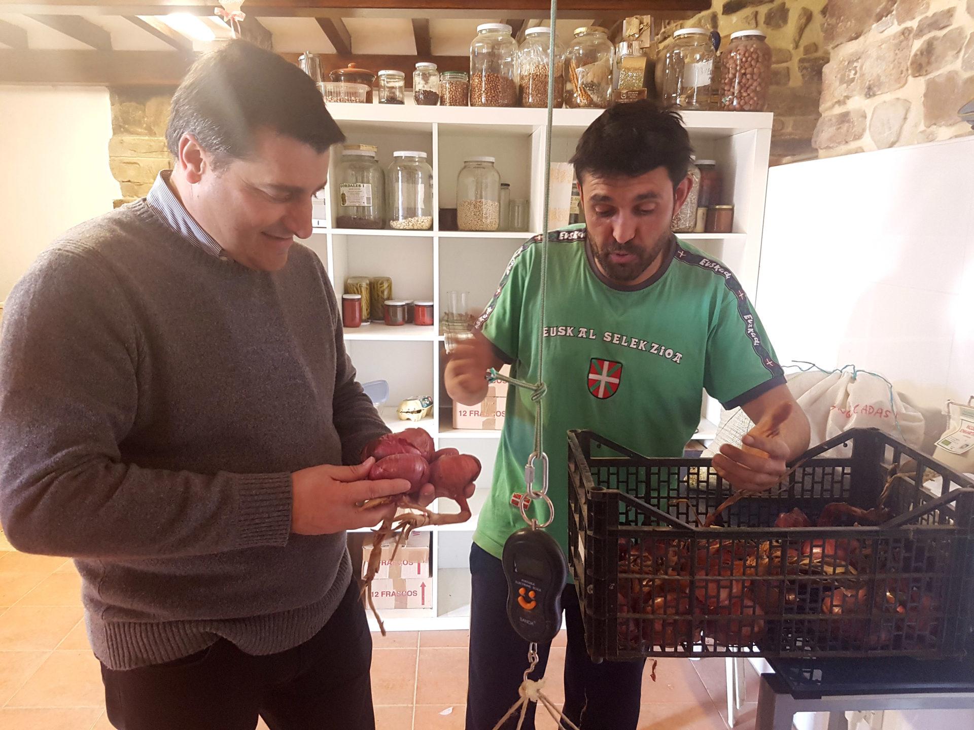 Borja Lopez, agricultor, habla con Josep Roca sobre el cultivo de cebollas moradas