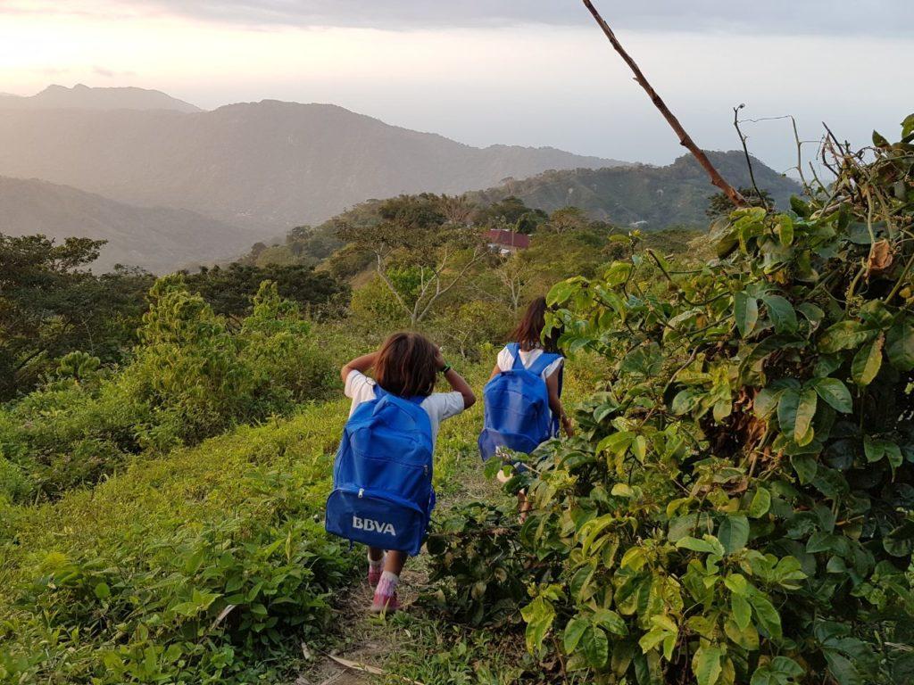 Fotografía de Niños de la comunidad Koguis con el kit escolar de BBVA