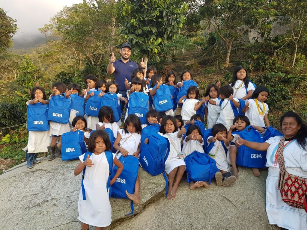Fotografía de Óscar Arias en la Sierra Nevada de Santa Marta con los niños de la comunidad koguis