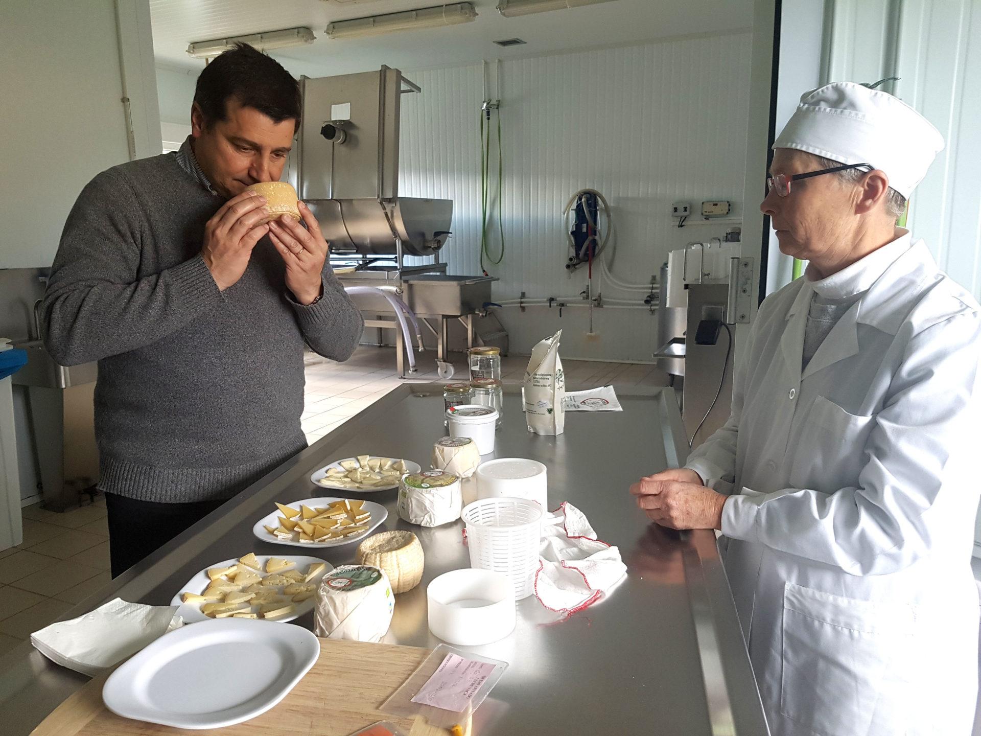 La quesera Helen Groome muestra al chef Josep Roca los quesos ecológicos que fabrican en la quesería Vista Alegre (Valle de Carranza)