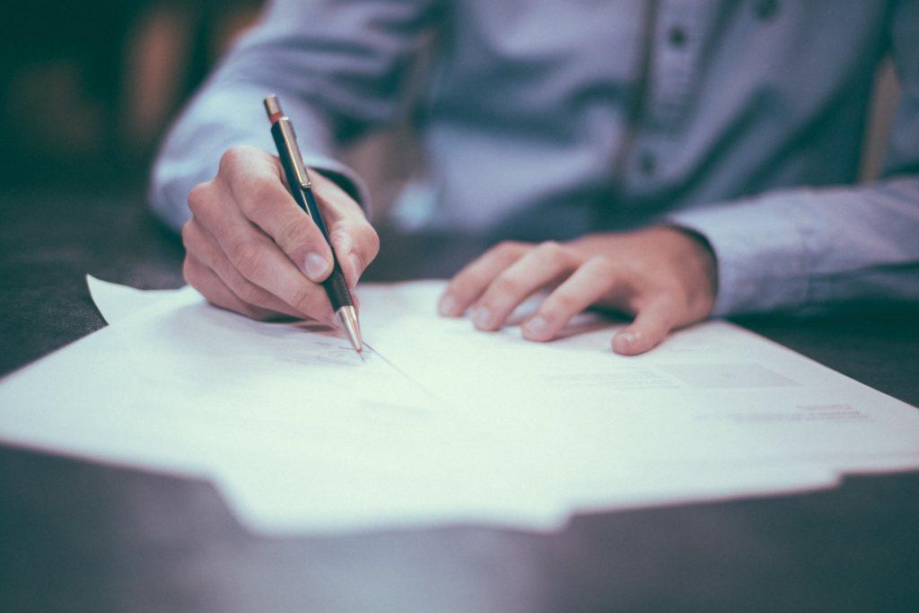 hombre-escribiendo-camisa-azul