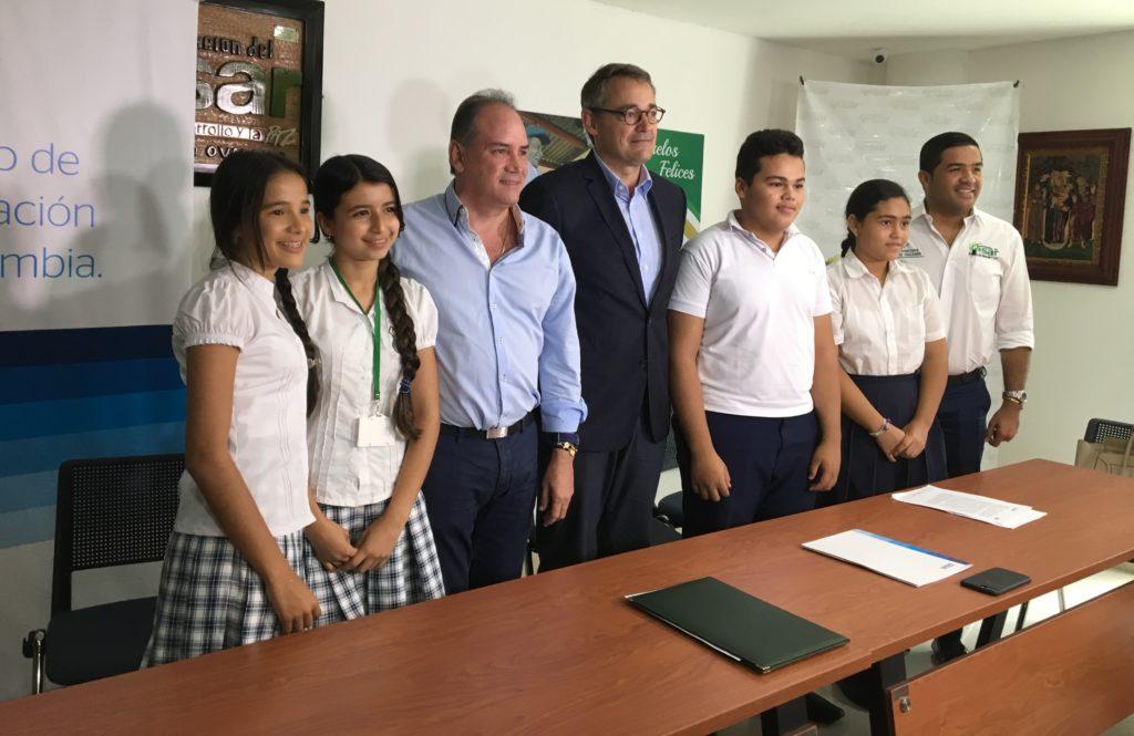 Fotografía de Óscar Cabrera, presidente BBVA Colombia junto a Gobernador del Cesar, Francisco Ovalle Angarita y jóvenes del departamento