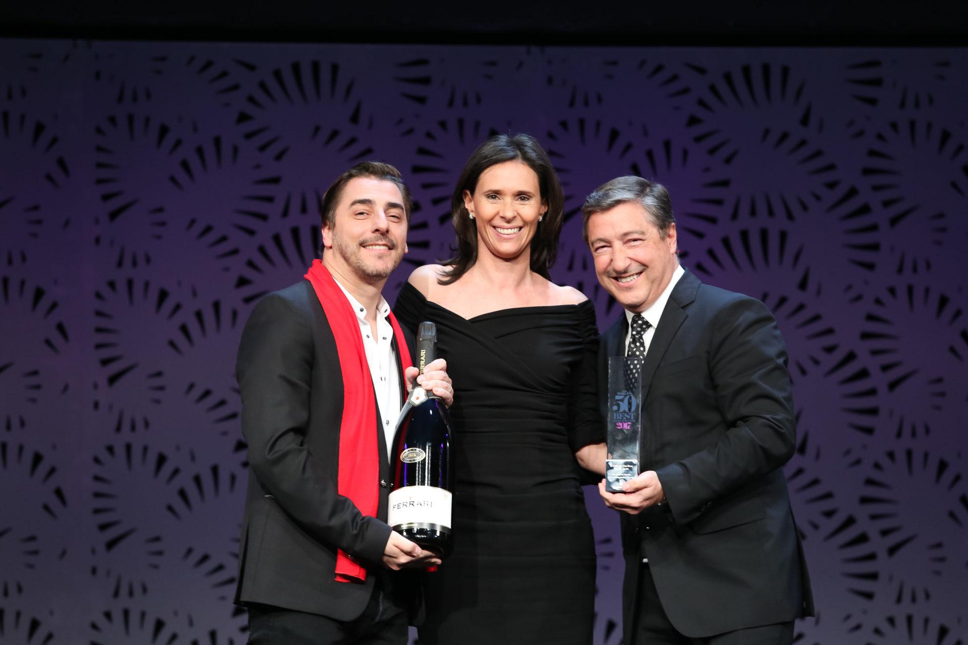 Jordi y Joan Roca recogen el Ferrari Trento Art Of Hospitality Award en el World's 50 Best 2017 (Foto de The World's 50 Best Restaurants)