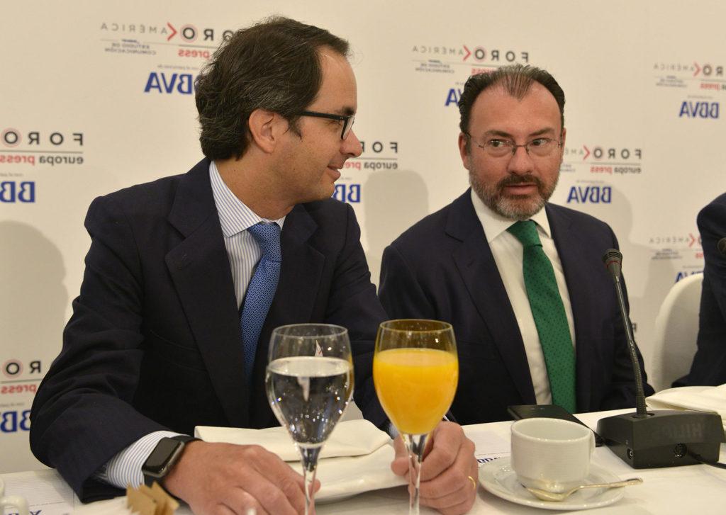 Imagen de Luis Videgaray, secretario de Relaciones Exteriores de México, y Jorge Sáenz Azcúnaga, director de Business Monitoring en BBVA en el encuentro Foro América organizado por Europa Press el 19 de abril de 2017.