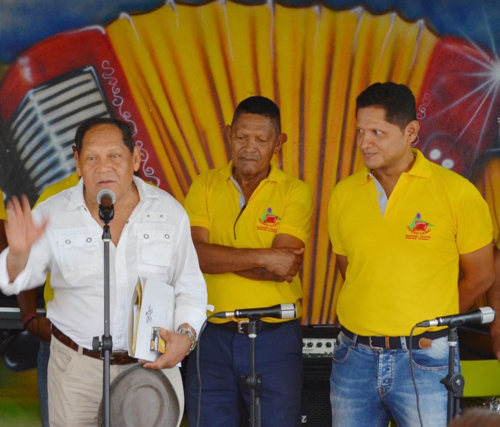 Fotografía de Rosendo Romero acompañado de su hermano Rafael y su sobrino