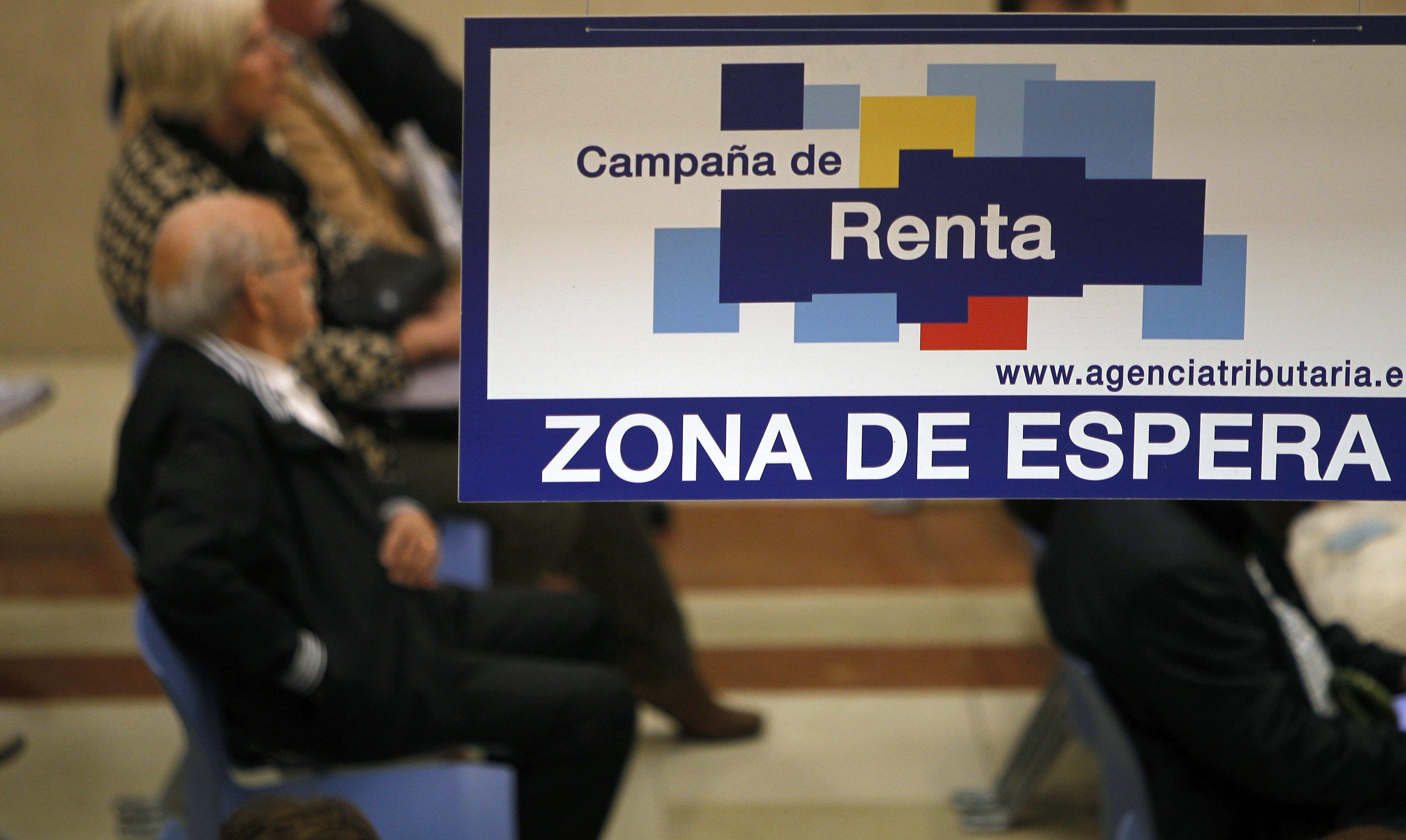 ESPAÑA CAMPAÑA RENTA:GRA124. MADRID, 10/05/2016.- Zona de espera de una de las oficinas de la Agencia Tributaria, cuando se inicia la atención en oficinas para los contribuyentes que requieran asistencia especializada. A día de hoy, más de 4.760.000 contribuyentes han presentado su declaración del impuesto sobre la renta de las personas físicas correspondiente a 2015 (IRPF 2015). EFE/Diego Pérez Cabeza