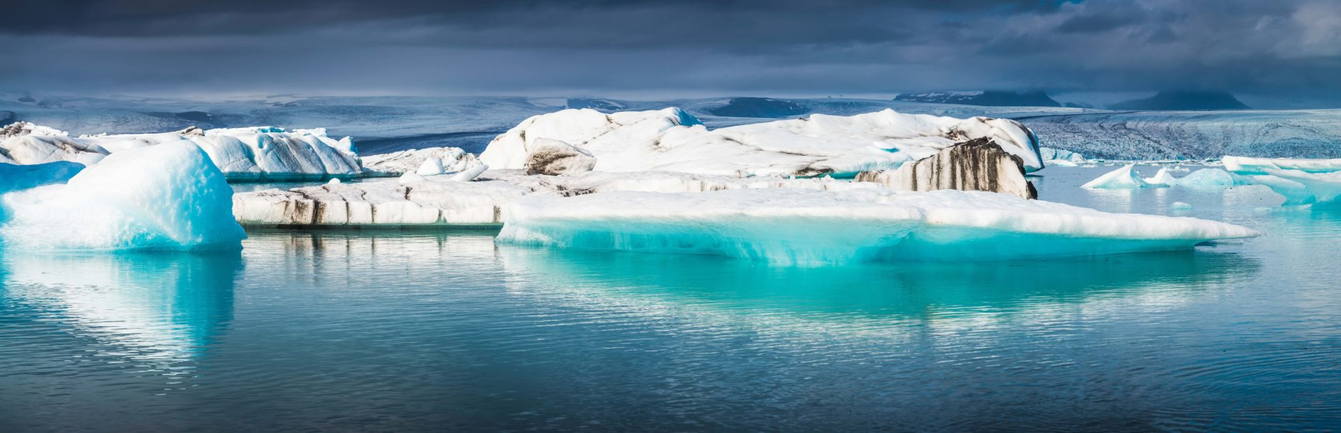 Imagen de Icebergs en el Ártico, donde una investigación apoyada por Fundación BBVA ha encontrado toneladas de plástico.
