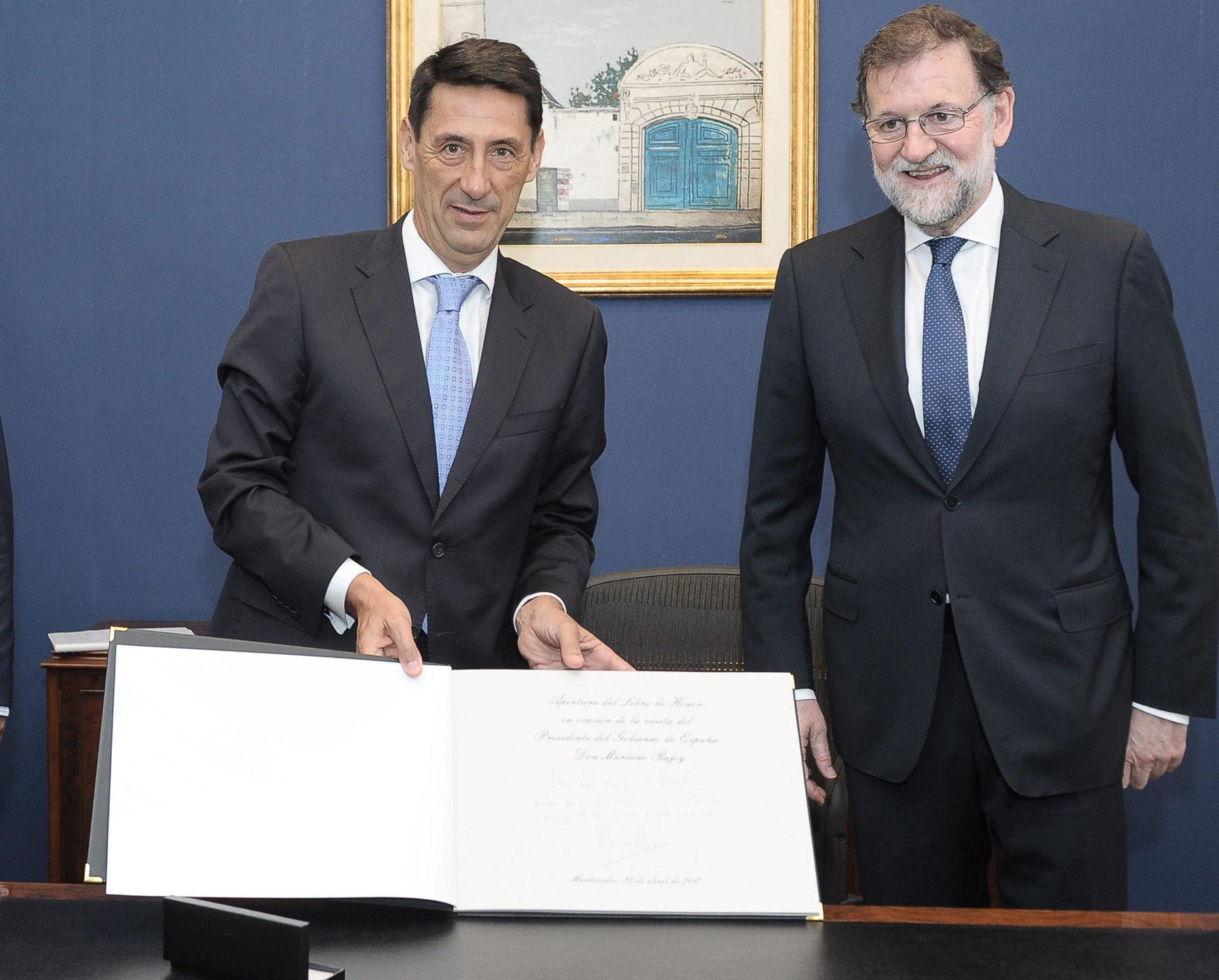 fotografia de mariano rajoy presidente gobierno españa antonio alonso presidente ejecutivo uruguay visita oficial sede firma 26042017 bbva