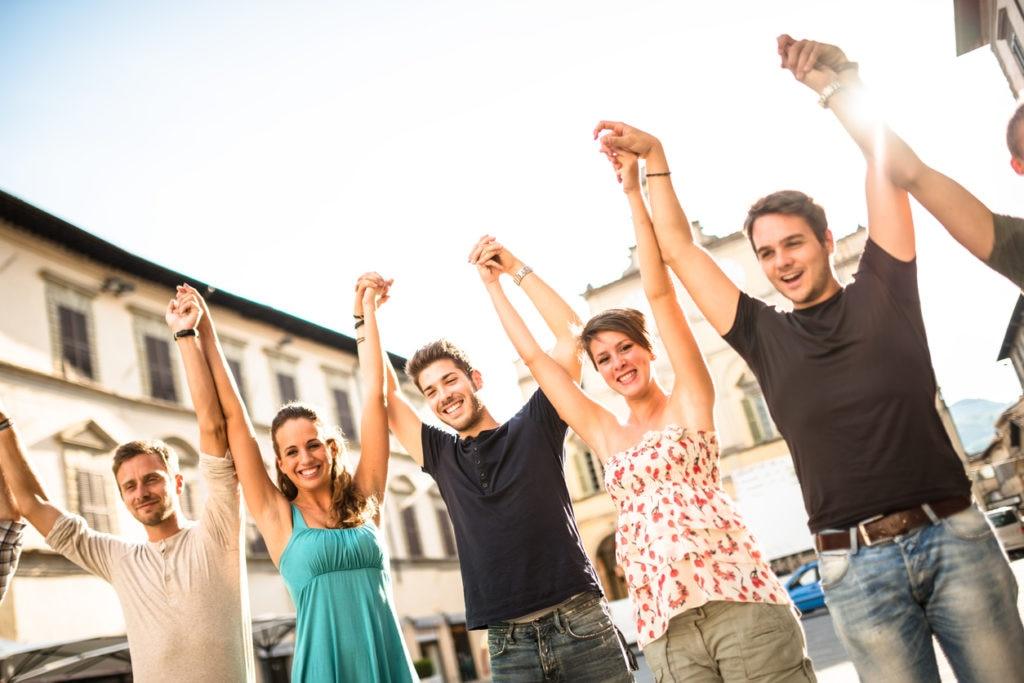 RECURSO grupo amigos millennials turismo juventud