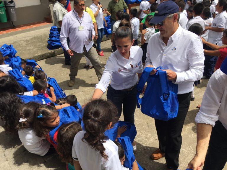 Fotografía de Óscar Cabrera en Mocoa, durante la entrega morrales a niños afectados por el desastre natural