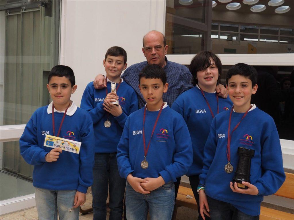 Los cinco alumnos del Colegio Corazón de María de Gijón, que participaron en el Campeonato de España BBVA